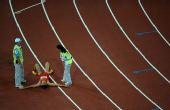 图文:男子110米栏史冬鹏无缘决赛  众人上来劝