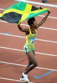 图文:女子400米栏牙买加选手夺金 高举国旗
