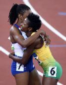 图文:女子400米栏牙买加选手夺金 对手送祝福