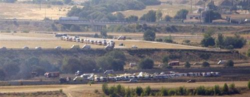 客机20日下午在马德里机场起飞时滑出跑道起火燃烧,图为失事现场。