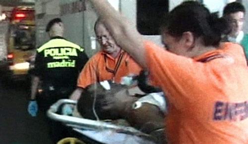 机上共有173人,目前已有100人死亡,图为获救乘客。