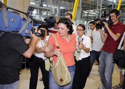家属赶往机场认领遇难者遗体。