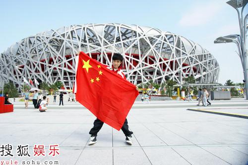古巨基手拿国旗,为中国加油