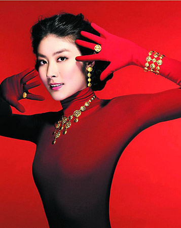 陈慧琳穿着红色上衣配喜字金饰