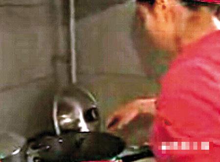 郭晶晶在厨房内炒酸辣土豆丝,手势有板有眼,煮好后她还小心地端出大厅