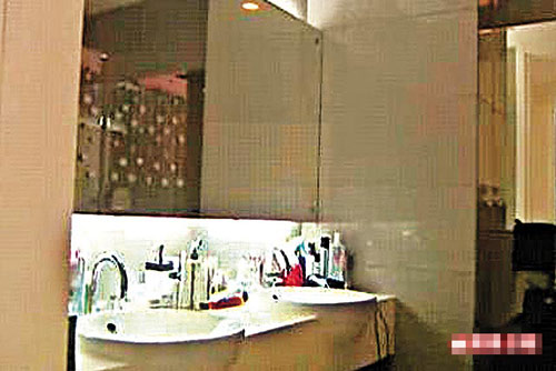 郭晶晶的香闺大厅陈设简单,卫生间光洁整齐