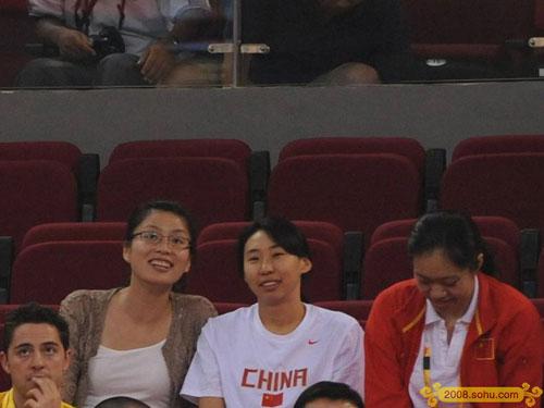 叶莉(左一)现身五棵松观看姚明比赛 为老公加油