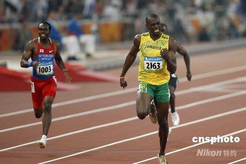"""8月20日晚,在国家体育场鸟巢举行的北京奥运会男子200米决赛中,即将于8月21日迎来22岁生日的牙买加选手博尔特以19秒30获得金牌,并打破约翰逊保持12年之久的19秒32的世界纪录。这是继博尔特16日晚以9秒69打破男子100米世界纪录后,再一次在""""鸟巢""""创造奇迹。 中新社发 盛佳鹏 摄"""