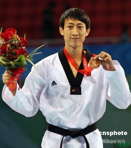 8月20日,中华台北选手朱木炎在跆拳道男子58公斤级比赛中获得一枚铜牌。同场竞技的女友杨淑君在女子49公斤级3、4名争夺战中不敌古巴对手而无缘奖牌。 中新社发 chinatimes 摄