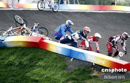 8月20日,北京奥运会小轮车男子竞速赛在北京老山小轮车赛场进行了1/4决赛的争夺。经过三轮的较量,最终来自世界各国的16位选手成功进入了半决赛,他们将在明天展开新一轮的争夺。图为在比赛中出现了选手撞车。 中新社发 盛佳鹏 摄