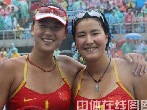 图文:女子沙滩排球薛晨/张希摘铜 姐妹合影