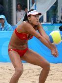 图文:女子沙滩排球薛晨/张希摘铜 接球瞬间