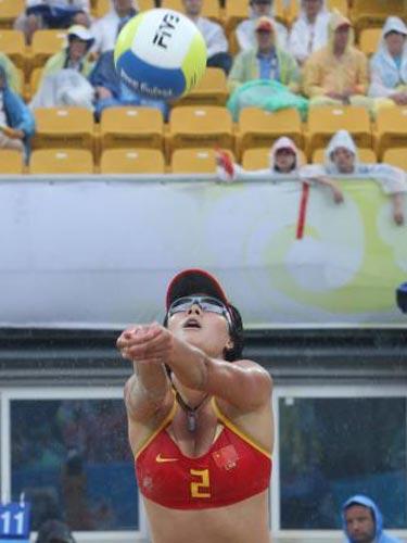 图文:女子沙滩排球薛晨/张希摘铜 比赛瞬间