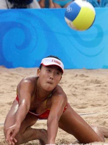 图文:女子沙滩排球薛晨/张希摘铜 精彩瞬间