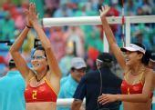 图文:女子沙排薛晨/张希获铜牌 向观众致意