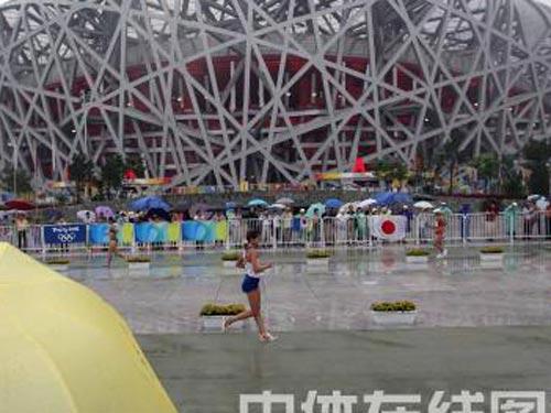 图文:奥运会女子20公里竞走赛况 雨中比赛