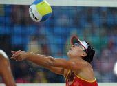 图文:女子沙滩排球薛晨/张希摘铜 比赛中垫球