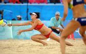 图文:女子沙滩排球薛晨/张希摘铜 比赛中救球