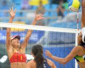 图文:女子沙滩排球薛晨/张希摘铜 比赛中拦网
