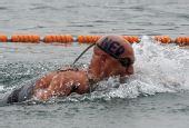 图文:男子10公里马拉松游泳 破浪前进