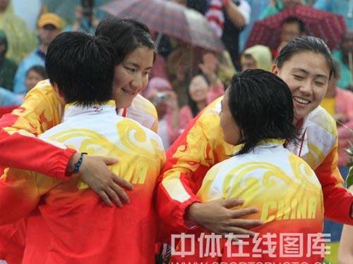 图文:女子沙滩排球田佳/王洁摘银 紧紧拥抱