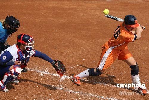 8月18日,中华台北垒球队在北京奥运会女垒预赛中以2:4负于荷兰队。图为荷兰选手进攻中。 中新社发 武仲林 摄