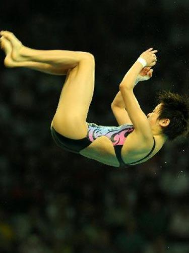 图文:女子10米台半决赛陈若琳第一 翻转瞬间