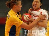 图文:女手排名赛中国胜瑞典 双方奋力拼抢