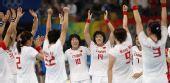图文:女子5-8名排名赛中国胜瑞典 队员们欢庆
