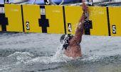图文:男子10公里马拉松游泳 辛桐奋力冲线