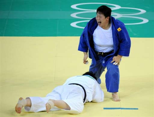 8月15日,在北京奥运会柔道女子78公斤以上级决赛中,中国选手佟文战胜日本选手塚田真希,夺得冠军。