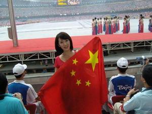 李念开幕式前高举国旗