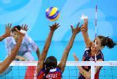 图文:女排半决赛美国胜古巴 洛根・汤姆扣球