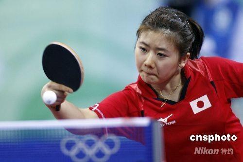 8月21日,北京奥运会乒乓球女子单打第四轮的比赛在北京大学体育馆进行,日本选手福原爱不敌中国选手张怡宁,无缘晋级下一轮比赛。图为福原爱在比赛中。 中新社发 盛佳鹏 摄