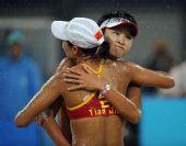 图文:王洁/田佳摘银创历史 两姐妹雨中拥抱