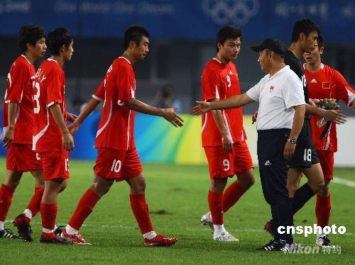 8月13日,北京奥运会男子足球预赛,中国对巴西的比赛在秦皇岛奥体中心举行,最终中国队0:3负于巴西队。图为比赛结束后,中国国奥队执行总教练殷铁生在场边与队员握手。 中新社发 刘新 摄