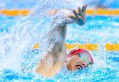 图文:现代五项男子200米游泳赛况 不放弃