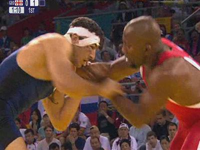 图文:男子自由式96公斤级 戈格舍利泽与对手互博