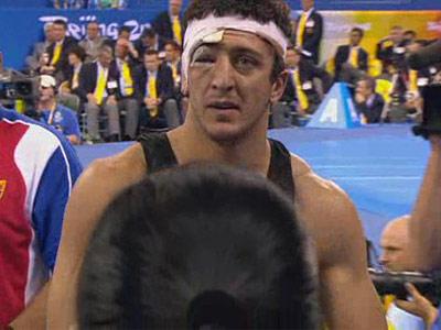 图文:男子自由式96公斤级 戈格舍利泽获胜走出场地