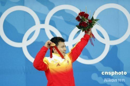 8月11日,北京奥运会开赛第三天,男子举重62公斤级的决赛在北京航空航天大学体育馆结束,中国选手张湘祥摘得金牌。 中新社发 盛佳鹏 摄