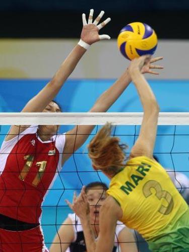 图文:女排半决赛中国vs巴西 严密防守
