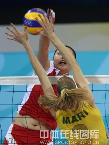 图文:女排半决赛中国vs巴西 猛烈攻势