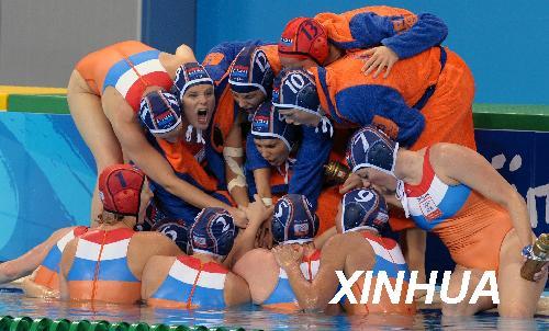 8月21日,荷兰队球员在比赛暂停结束后呐喊壮威。当日,在英东游泳馆进行的北京奥运会女子水球决赛中,荷兰队以9比8战胜美国队,获得金牌。新华社记者王庆钦摄