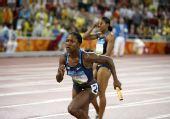 图文:奥运女子4*100米第一轮 美国队重大失误