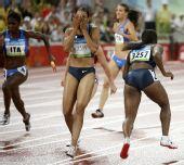 图文:奥运女子4*100米第一轮 美国选手掉棒