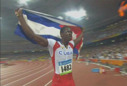 图文:[夺金时刻]男子110米栏 罗伯斯夺冠