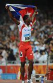 图文:男子110米栏罗伯斯夺冠 挥舞国旗