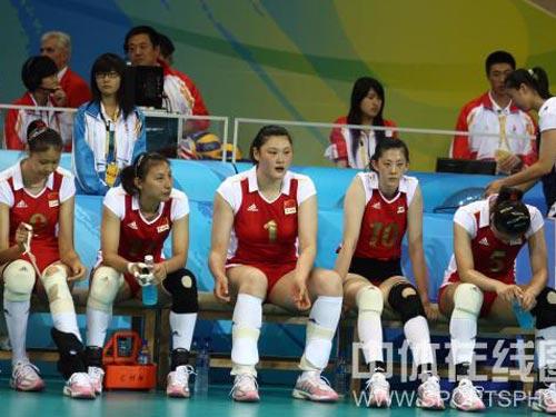 图文:女排半决赛中国负于巴西 队员万分失落