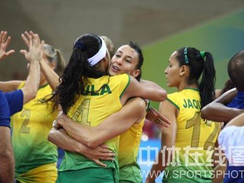 图文:女排半决赛中国负于巴西 热烈拥抱