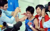 图文:女子十米台陈若琳夺金 接受祝贺